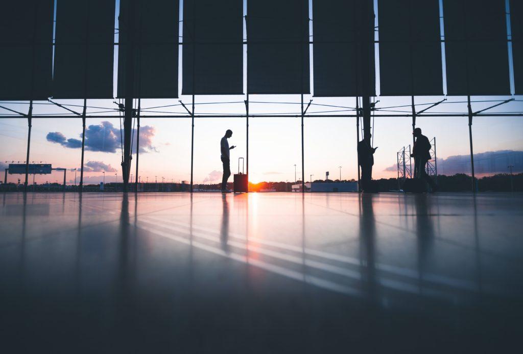 海外就職者と空港の写真